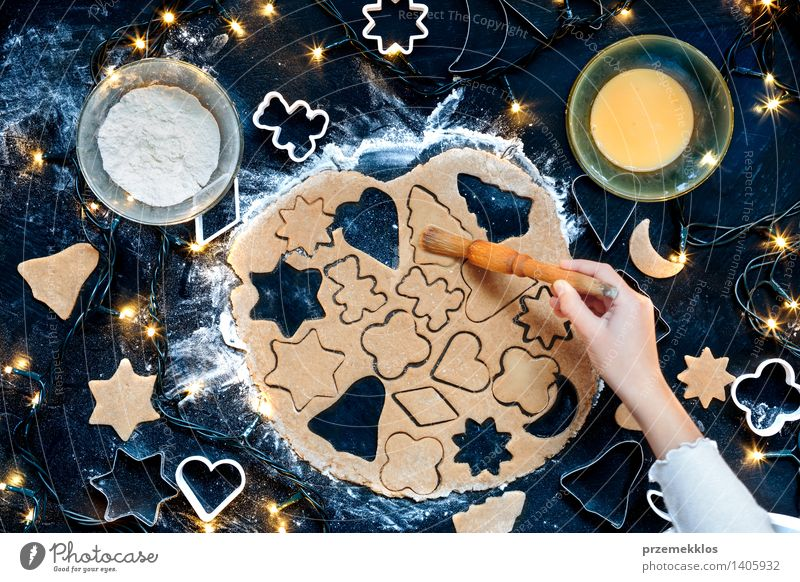 Mensch Weihnachten & Advent Hand Mädchen Feste & Feiern Tisch Kochen & Garen & Backen Küche viele Ei machen geschnitten Plätzchen Mehl Saison Weihnachtsgebäck