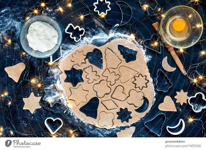 Die Weihnachtssymbole im Teig herausschneiden Tisch machen geschnitten Teppichmesser Ei Mehl Lebkuchen gebastelt Vorbereitung Lebensmittel Innenaufnahme