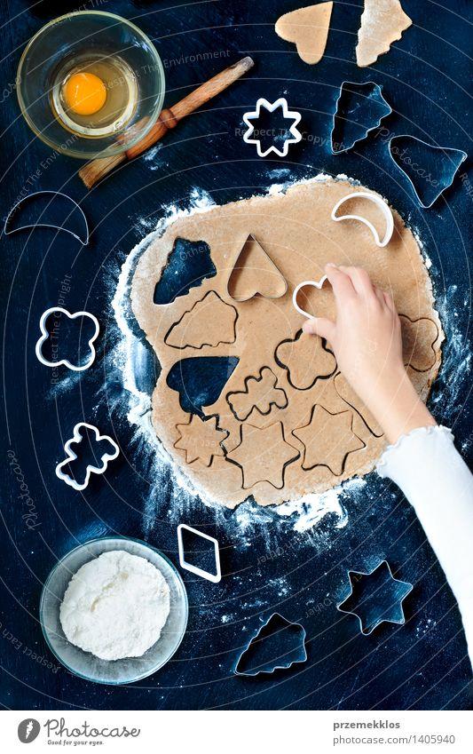 Mensch Weihnachten & Advent Hand Mädchen Feste & Feiern Tisch Kochen & Garen & Backen Küche Ei machen Teigwaren geschnitten Mehl Saison Weihnachtsgebäck