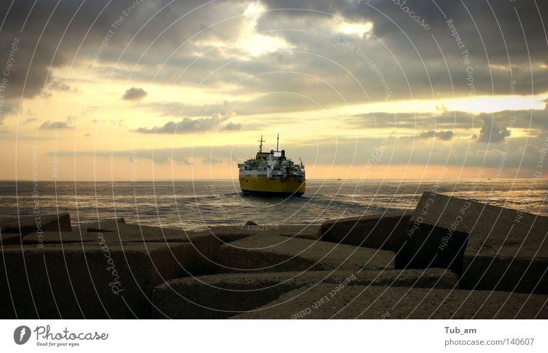 Wasser Himmel Meer Wolken Einsamkeit gelb Wasserfahrzeug Horizont Nachthimmel Abschied Schifffahrt dramatisch Fähre wegfahren