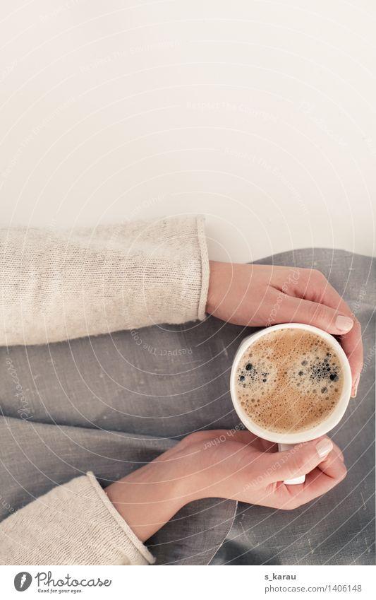 Kaffeepause Getränk trinken Heißgetränk Tasse Becher Mensch feminin Frau Erwachsene Hand festhalten einfach heiß hell Gelassenheit ruhig Freizeit & Hobby Leben