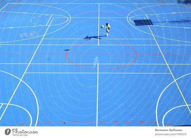 BASEL: Spielplatz energiegeladen Einsamkeit Außenaufnahme Verkehrswege Sport Spielen Basel im Mai 2007 überwiegend blau jedoch partiell farbenfroh