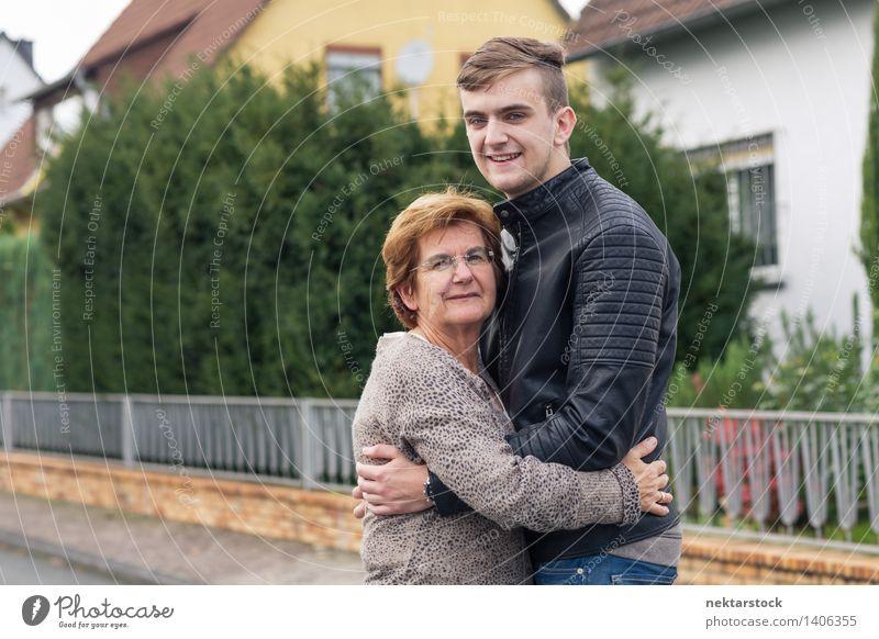 glücklicher junger Erwachsener mit seiner Großmutter Freude Glück Garten Ruhestand Frau Mann Familie & Verwandtschaft Straße alt Lächeln Liebe Umarmen