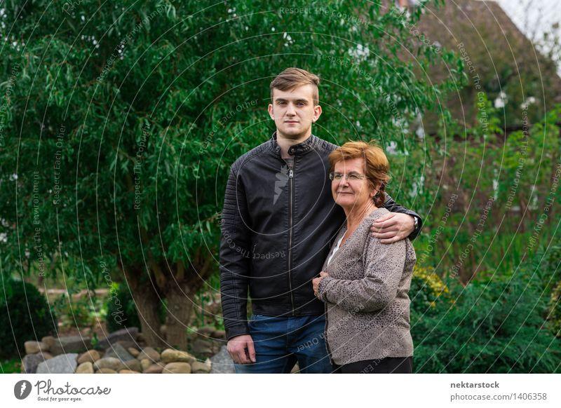 Enkel und Großmutter im Garten Freude Glück Ruhestand Frau Erwachsene Mann Familie & Verwandtschaft alt Lächeln Liebe Umarmen Fröhlichkeit Gefühle Stolz