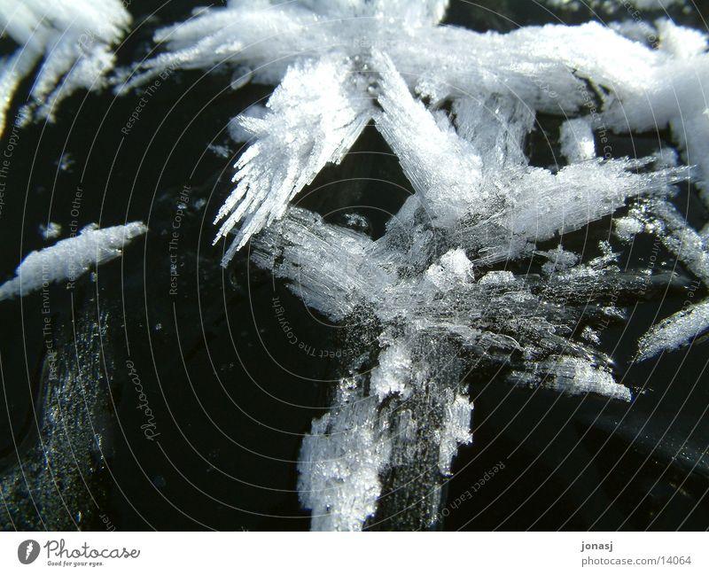 Eiskristall weiß dunkel schwarz See Eisfläche Kristallstrukturen hell Schnee Lengenweiler