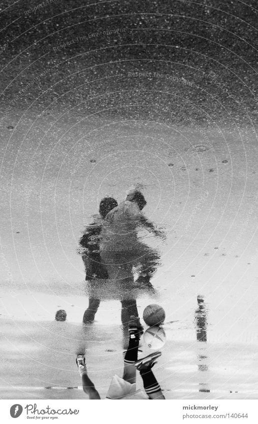 Rainwarriors Freude Straße Sport Regen Schuhe Fußball Fußball Wassertropfen Ball Tropfen sportlich Strümpfe Sportveranstaltung Pfütze Spiegelbild Konkurrenz