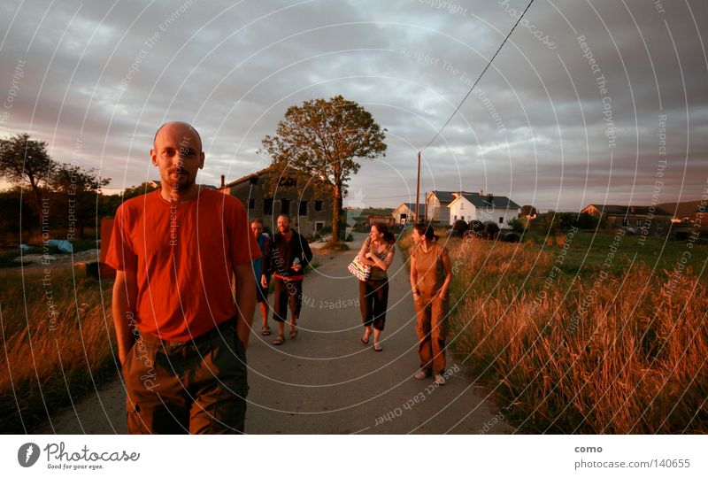 Vamos Torres! Wege & Pfade Spanien Herberge Sonnenuntergang Mensch Menschengruppe Glück wandern lachen Feld Sandale rot Bekleidung Wolken Zufriedenheit laufen