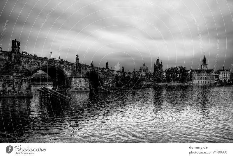 Karluv most Prag Wolken Moldau Tschechien Karlsbrücke Stadt schwarz weiß Statue Wahrzeichen Bekanntheit Säule Brücke historisch prague Regen Wetter Wasser Fluss
