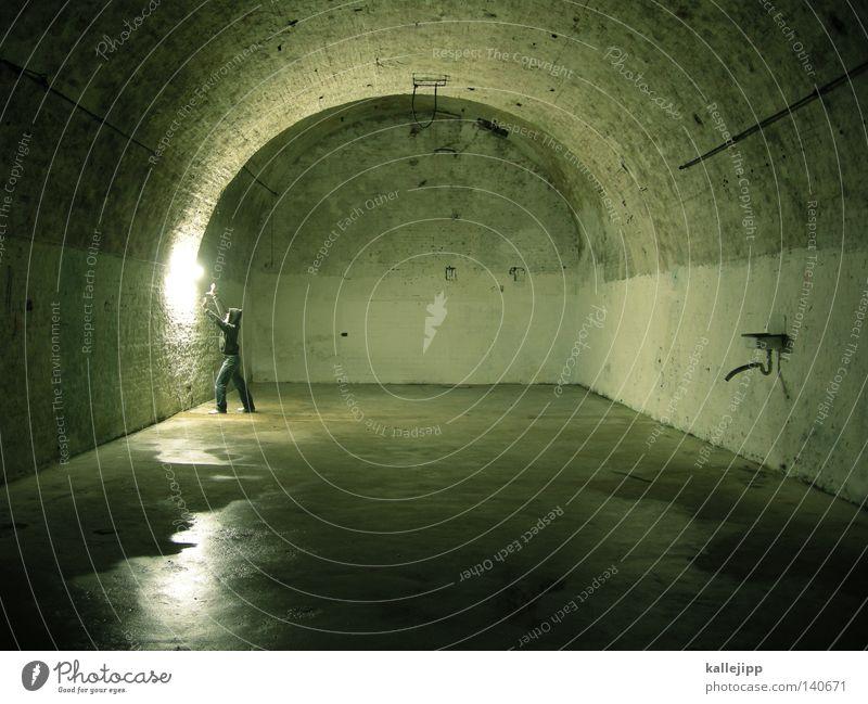 σαρκοφάγος Mensch Mann Wege & Pfade Architektur Telekommunikation Netz Vergangenheit Geister u. Gespenster Verbindung Club Röhren Strahlung Eisenrohr führen Neonlicht mystisch