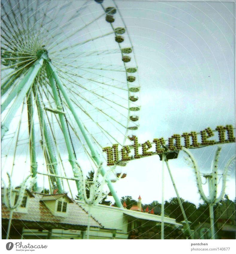 Veteranen Club Himmel alt grün Freude Wolken oben Glück Freizeit & Hobby hoch Ausflug Schriftzeichen Buchstaben Romantik Kitsch Hütte Veranstaltung