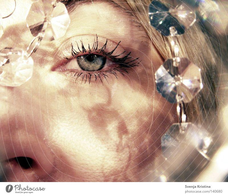 kristall.blau. Frau schön Gesicht ruhig Auge feminin Beleuchtung glänzend Glas Tropfen Kristallstrukturen Wimpern Kristalle Lichtspiel