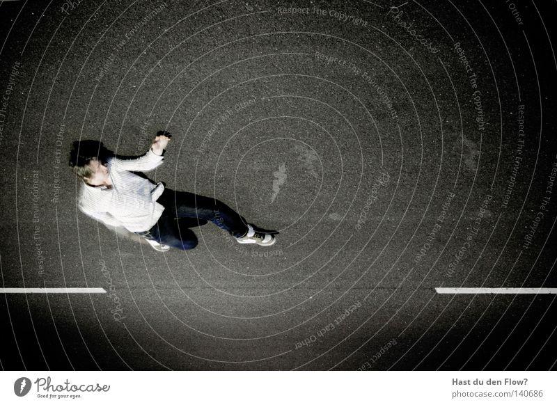 Airwalk Jugendliche Mann Junger Mann schwarz Straße Bewegung Glück fliegen springen Freizeit & Hobby Luft Perspektive Körperhaltung Asphalt Jeanshose