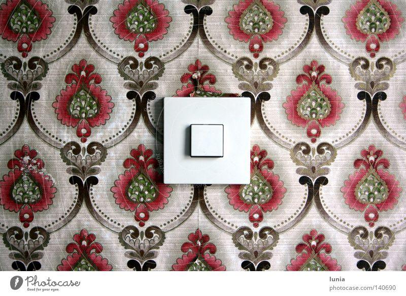 Oma, mach Licht an! Haus Wand Wohnung Kabel Tapete Haushalt Schalter Steuerelemente Elektrisches Gerät Lichtschalter