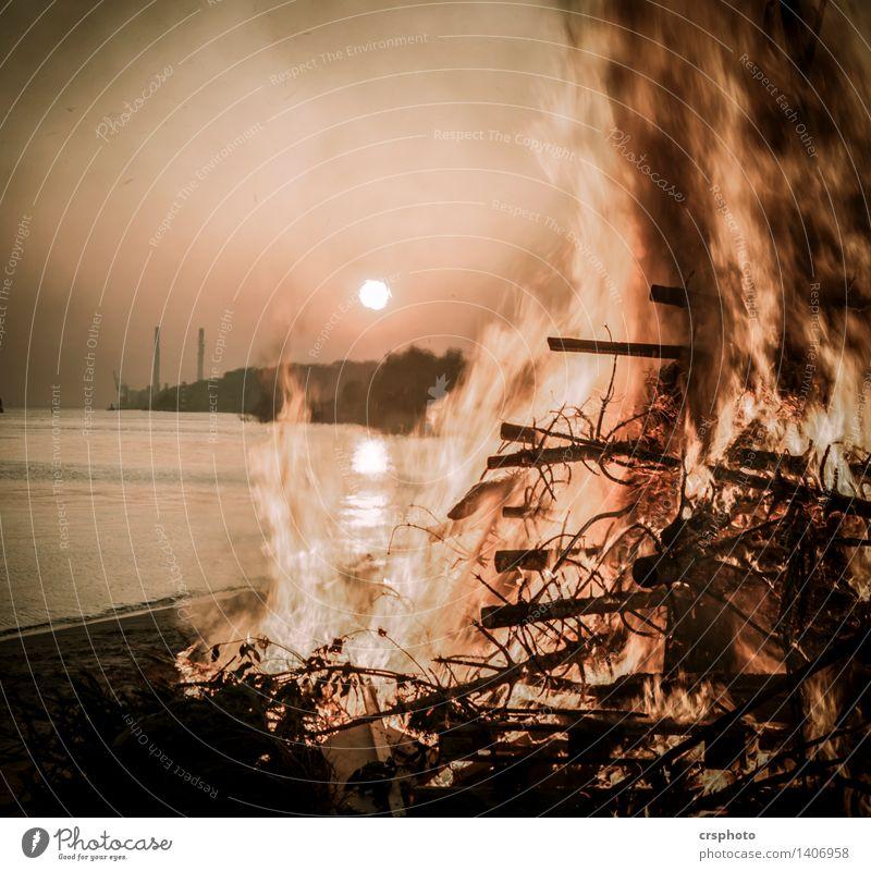 Fire and Dusk Umwelt Sonnenlicht Warmherzigkeit Elbe Elbufer Feuer Osterfeuer Farbfoto Außenaufnahme Dämmerung Licht Sonnenaufgang Sonnenuntergang