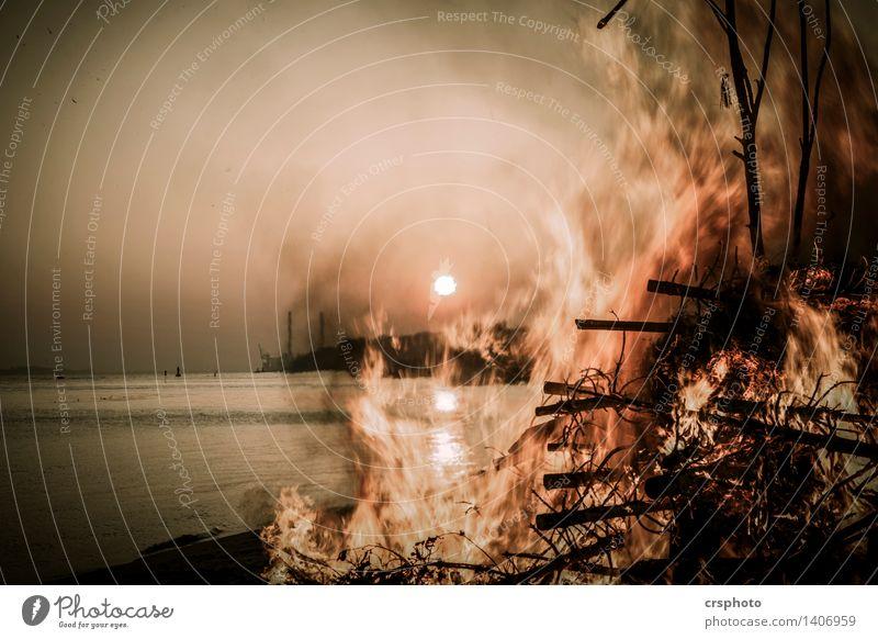 Flammendes Inferno Umwelt Landschaft Wasser Elbe Elbufer Feuer Osterfeuer Sonnenuntergang Farbfoto Außenaufnahme Abend Dämmerung
