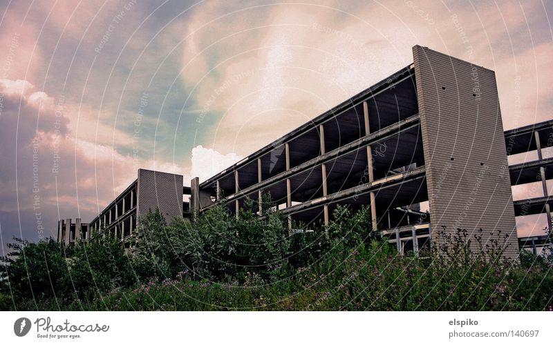 Industrieleichen Himmel Einsamkeit Wolken Haus dunkel Tod Wand Mauer Gebäude Beton Baustelle Industrie Vergänglichkeit verfallen Etage bewachsen