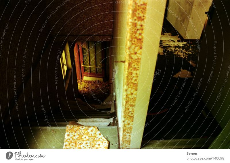 gone alt Blatt Einsamkeit Tür Treppe verfallen schäbig Flur