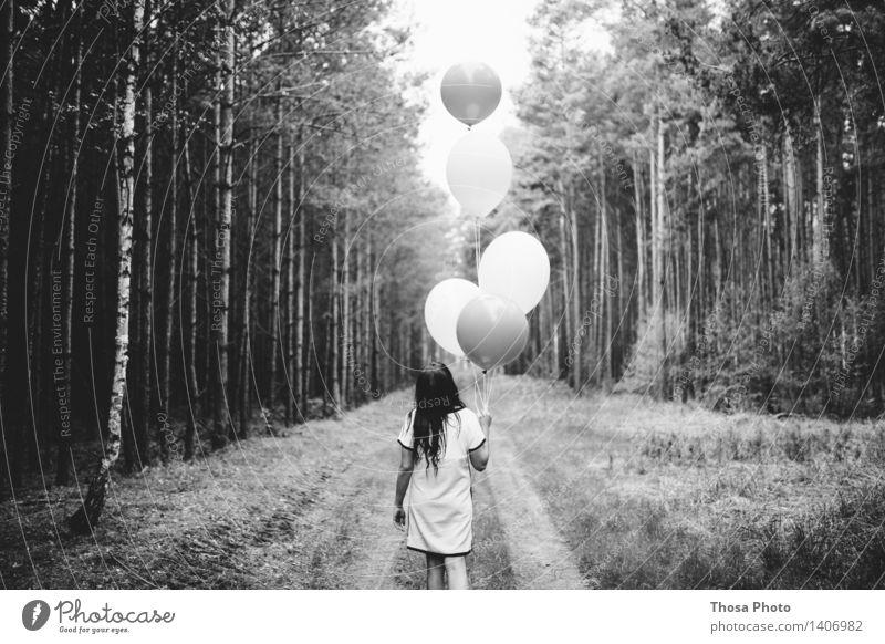 fliegen lassen. Jugendliche Baum 18-30 Jahre Wald Erwachsene Wege & Pfade feminin Haare & Frisuren gehen laufen Kreativität Luftballon hinten Helium