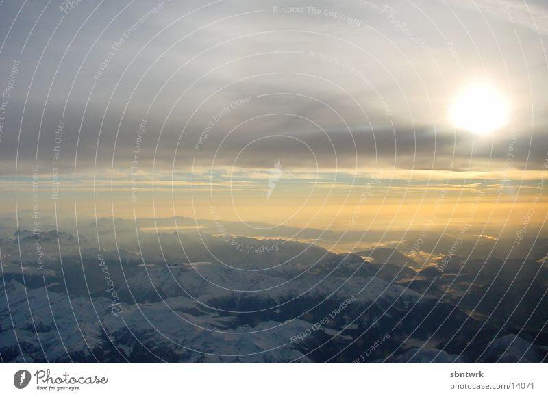8.00h über den Wolken Sonnenaufgang Morgen Flugzeug Berge u. Gebirge Alpen Himmel