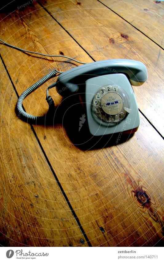 Telefoniergerät Hand Ferne Holz Raum Häusliches Leben Kommunizieren Telekommunikation Kabel festhalten Verbindung Holzbrett Flur Spirale Holzfußboden