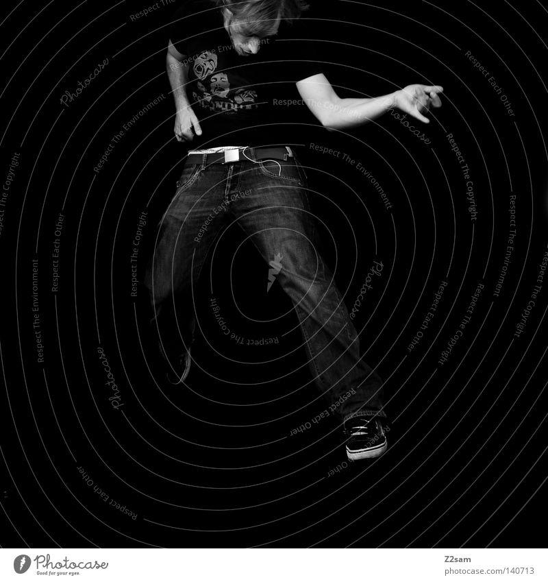 rock on springen Aktion Mann maskulin Luft schwarz weiß spontan Gürtel Griff Hand Mensch Rockmusik Gitarre luftgitarre motion Bewegung einfach Jeanshose