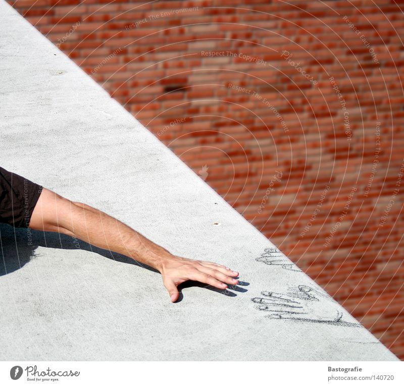 help me Absturz Hand Rettung Griff Sturz fallen Sicherheit Helfer Gemälde hängen Straßenkunst Wand Mauer Backstein Beton Dach Panik Todesangst Trauer Angst