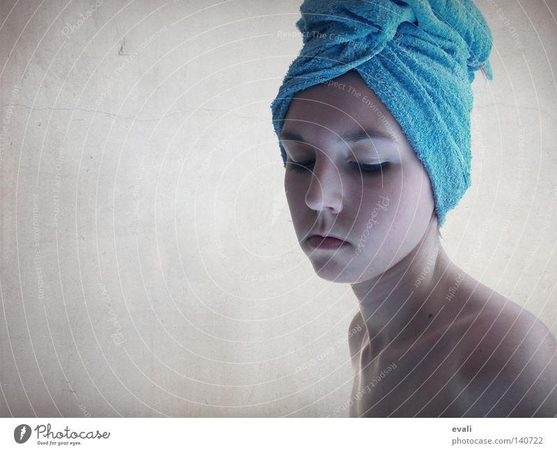 Missing you Porträt Handtuch Schulter geschlossene Augen Trauer Denken Frau Gesicht blau Hals Nase Mund Traurigkeit selfportrait face towel blue shoulder neck