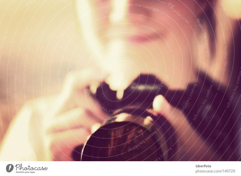 Zeit, so zu tun, als ob Fotokamera Fotograf Finger Hand Freizeit & Hobby Kanon alt Lächeln Linse Tiefenschärfe Unschärfe Fotografieren Teleobjektiv analog