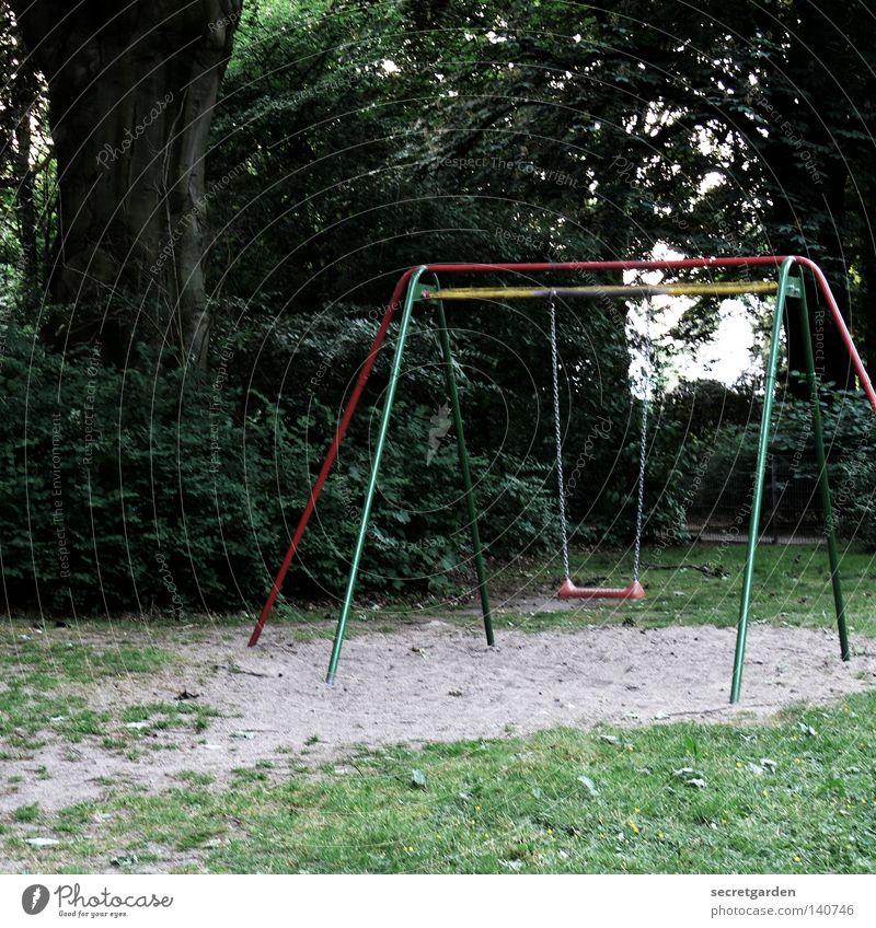 keiner spielt mit mir. Spielplatz Spielen mehrfarbig Schaukel einzeln Einsamkeit dunkel Trauer stagnierend Sträucher Baum herzlos Menschenleer hoch Angsthase
