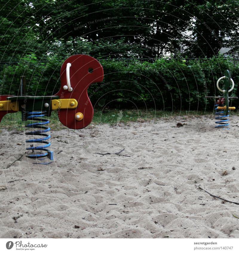 scream Spielplatz Spielen mehrfarbig Schaukel einzeln Einsamkeit dunkel Trauer stagnierend Sträucher Baum herzlos Menschenleer Pferd Abwechselnd Wippe hoch