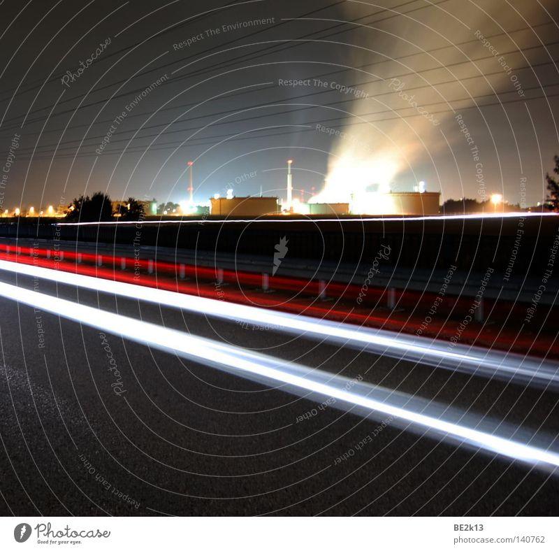 Durch die Nacht dunkel hell Smog Licht Lampe Beleuchtung industriell Industriefotografie Bayern Abgas geschlossen Kabel aufwärts rot-weiß Leitplanke Linie