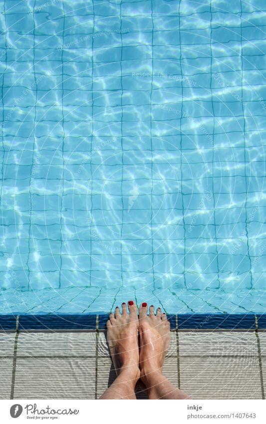 im Pool | knapp daneben Mensch Frau Ferien & Urlaub & Reisen schön Sommer Erwachsene Leben Lifestyle Schwimmen & Baden Fuß Tourismus Freizeit & Hobby stehen Schwimmbad Sommerurlaub Am Rand