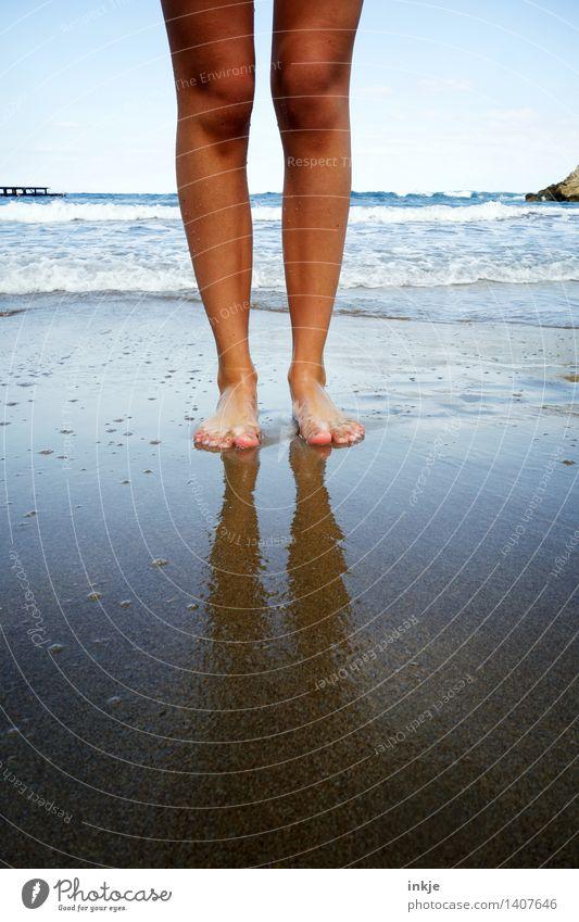 Strandlandung Mensch Jugendliche Sommer Wasser Junge Frau Meer Mädchen 18-30 Jahre Erwachsene Leben Küste Lifestyle Beine Fuß Sand
