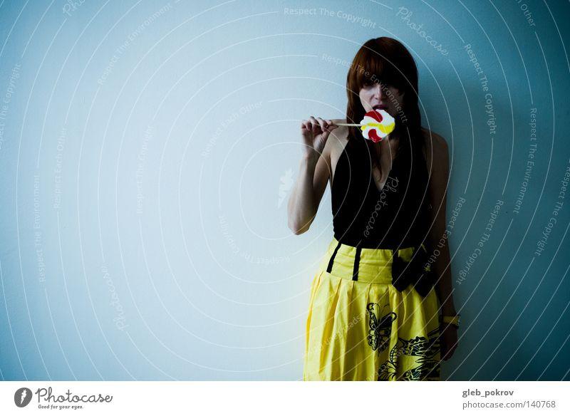 süß. Raum Kleid Behaarung Frau Hand Mund Bonbon Süßwaren Tribüne Körperhaltung Innenarchitektur Bekleidung Persh Ausstellungsraum zeigen Frauen Hände gelb