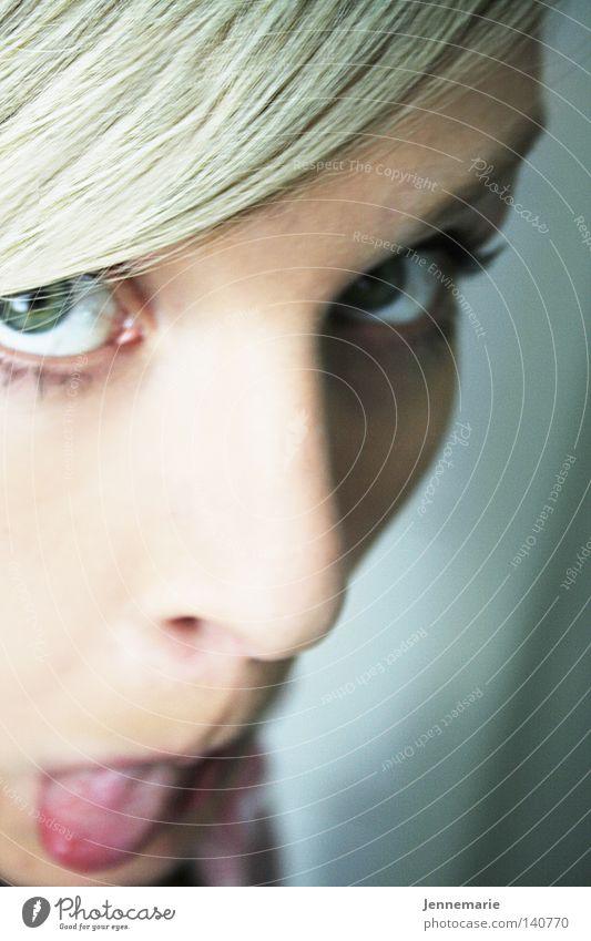 Erdbeere blond Zunge frech Gesicht Nase Auge Freude grüne Augen