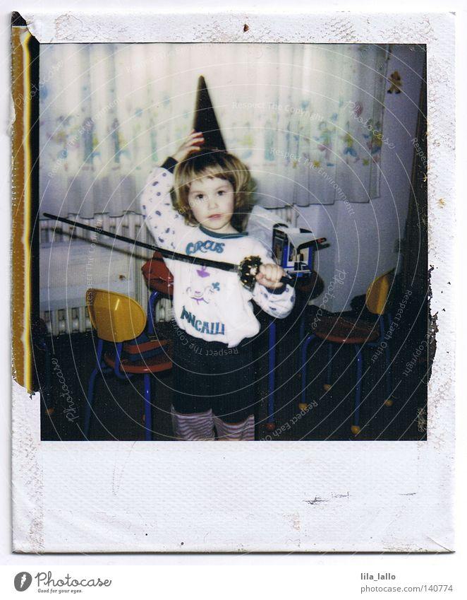 En Garde! alt Freude Polaroid klein lustig Fröhlichkeit Schönes Wetter Schutz Idee Hut Kleinkind Sturm Krieg Kindergarten kämpfen Sportveranstaltung