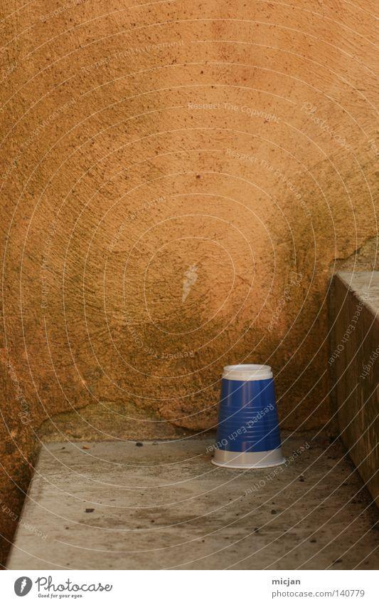 H08 - Treppenbecherchen Becher Seite blau Alkoholisiert rund eckig gelb Wand weiß Streifen mehrfarbig falsch gedreht Müll dreckig Riss Trinkgefäß