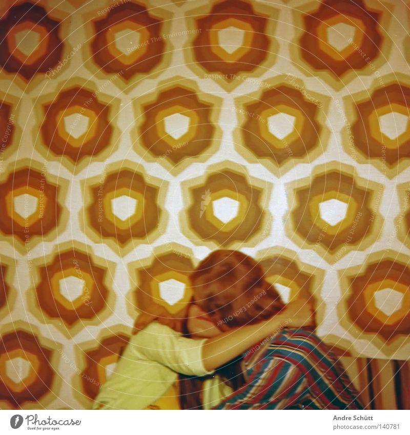 roots 1976 Lifestyle Stil Design Glück Tapete Mensch Junge Frau Jugendliche Junger Mann Körper Kopf 2 18-30 Jahre Erwachsene Mauer Wand Küssen Liebe authentisch