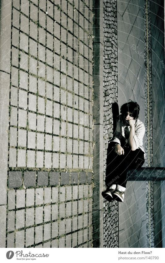 Gesellschaftsallergiker Mann Einsamkeit schwarz Straße Fenster Bewegung Glück springen Luft Freizeit & Hobby sitzen fliegen Perspektive Körperhaltung Jeanshose