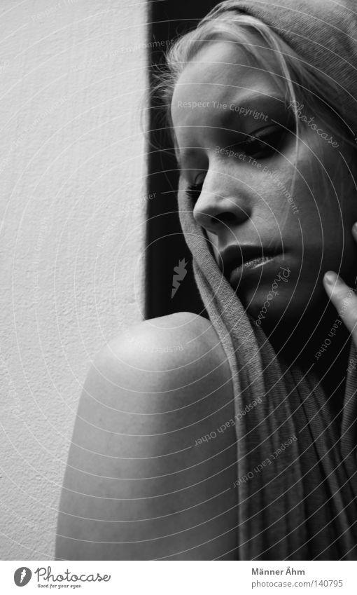Das Grau Unserer Zeit. Frau Schulter Wand Mörtel weich grau schwarz weiß hart Finger Hand Stirn Trauer Verzweiflung Gegenteil Schwäche Gedanke Schal