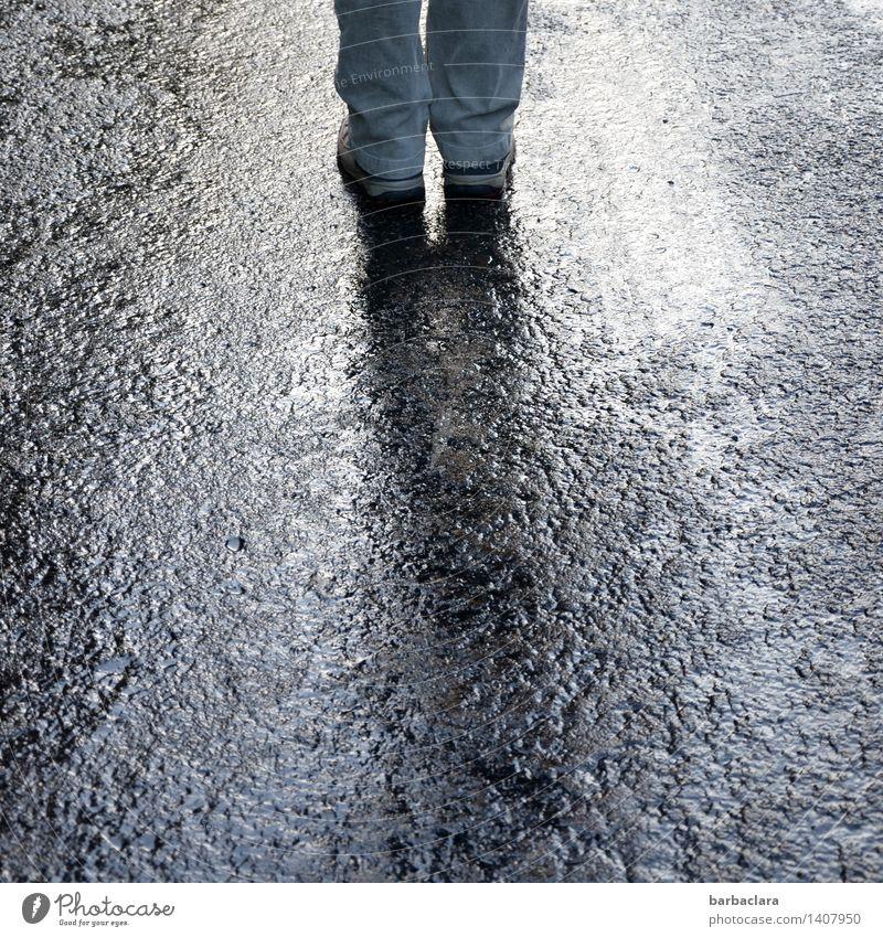 Mit beiden Beinen auf dem Boden stehen Mensch feminin Fuß 1 Erde Regen Straße Wege & Pfade Hose Wanderschuhe wandern nass grau Bewegung Erholung