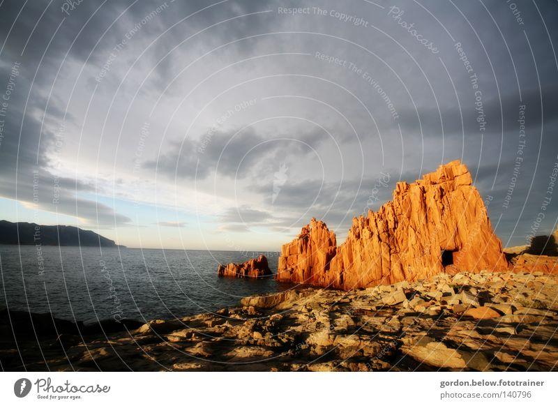 roter Fels Sonnenuntergang Abenddämmerung Sardinien Italien Brandung Meer Wasser Felsen Stein Himmel