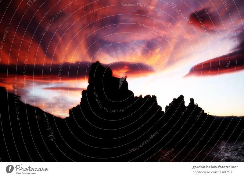 vor der Dunkelheit rot Himmel Wolken Felsen Meer Sardinien bedrohlich Geister u. Gespenster Silhouette Gewitter gefährlich Italien Abendstimmung Siluette
