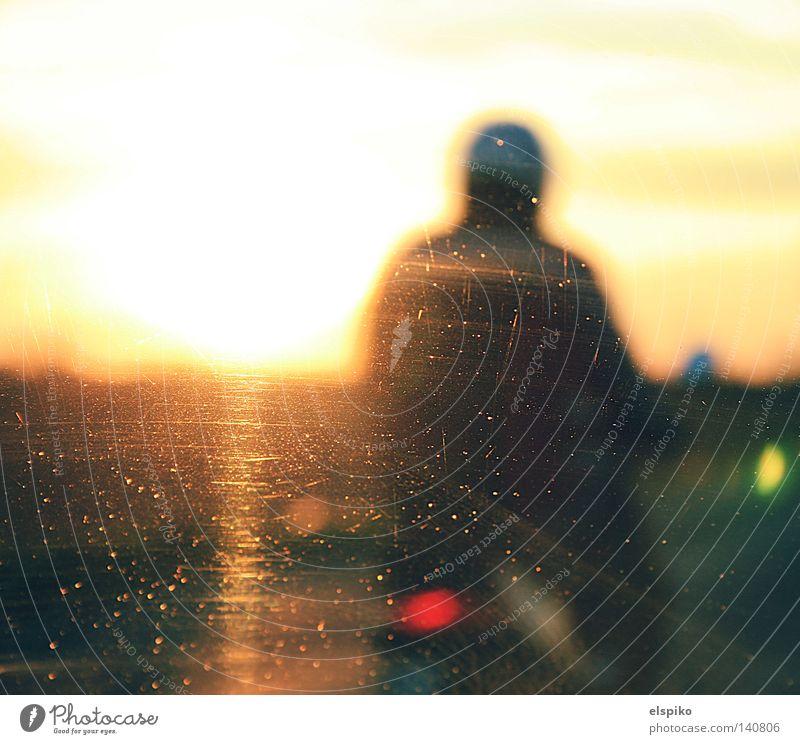 Roller fahr'n Kleinmotorrad fahren Helm Unschärfe Glas Kratzer Fahrzeug Mann Rückspiegel Sonne Sonnenuntergang Rücklicht langsam Geschwindigkeit Himmel rot gelb