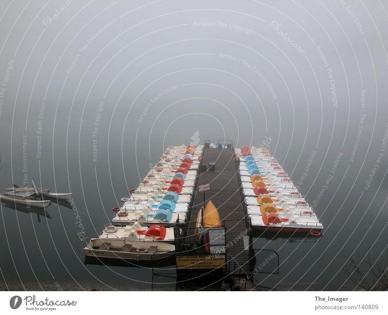 Nebel Tretboot Wasserfahrzeug Ruderboot See Italien Gardasee Steg Anlegestelle Abenddämmerung Trauer Endzeitstimmung Unendlichkeit Seeufer Gewässer Bootsverleih