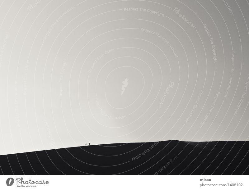 Sanddünenspaziergang wandern Mensch Freundschaft 2 Natur Urelemente Wolkenloser Himmel Schönes Wetter Hügel Düne laufen Sport Zusammensein grau schwarz weiß