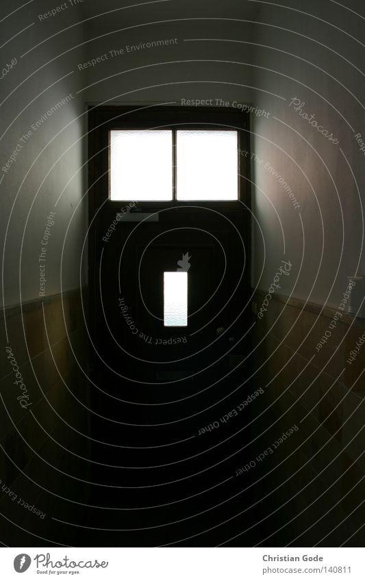 Hinterausgang Füllung Griff weiß Oberlicht Gegenlicht dunkel Flur Wand Fenster Durchblick Holz Putz Tapete Ruhrgebiet Stadthaus Mieter Vermieter Eingang Ausgang
