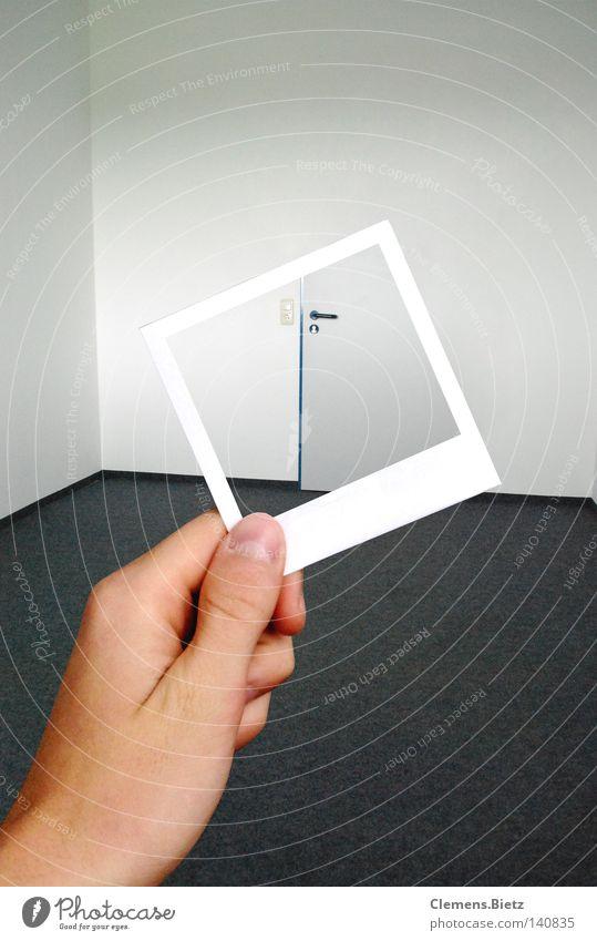 Wo ist jetzt die Tür? Fotografie Hand Wand Teppich leer Einsamkeit Ausgang Eingang Hochformat Bodenbelag Stiril hell gefangen Suche Licht