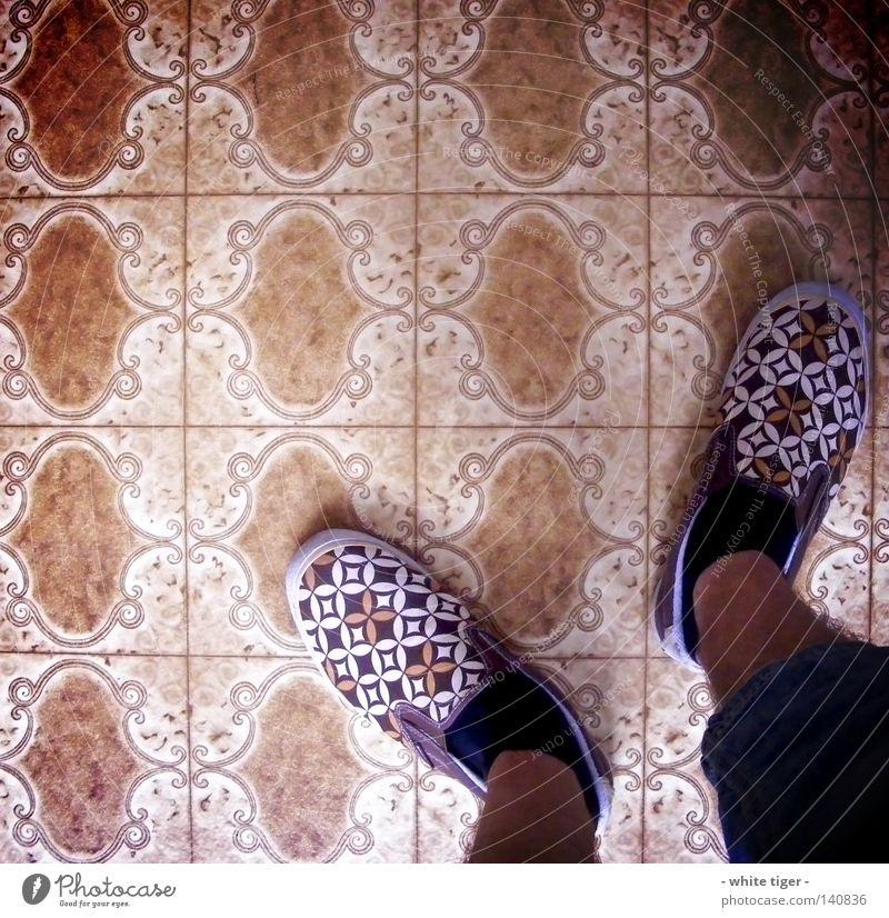 fancy shoes *1 blau weiß schwarz Beine braun Schuhe stehen Bodenbelag außergewöhnlich retro Jeanshose Hose verstecken Strümpfe kariert Ornament