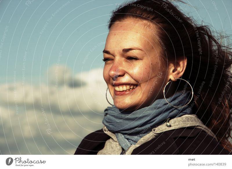 Der Sonne entgegen Haare & Frisuren Gesicht Strand Meer Mensch feminin Frau Erwachsene Jugendliche Himmel Wolken Wind Küste Ohrringe Schal lachen blau weiß